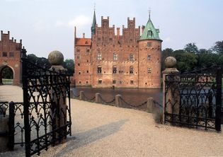 Egeskov, watercastle, Denmark (22 images)