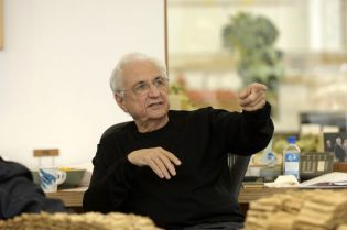 Frank Gehry in his studio (85 images)
