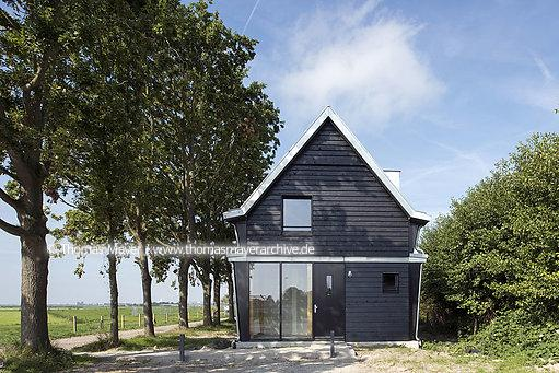 NLD, The Netherlands, Uitgeest, construction of a wooden fort-keeper-residence at Krommeniedijk, architecture by Eek en Dekkers (Piet Hein Eek architecture)