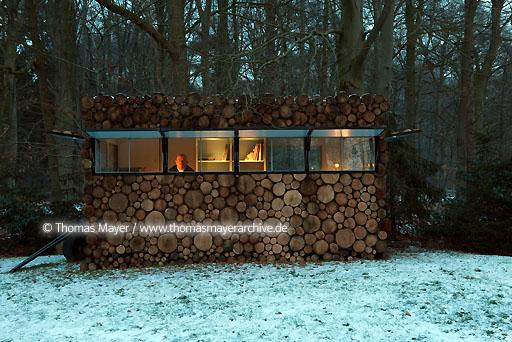 log house office on wheels NLD, The Netherlands, Hilversum, log house on wheels as study for music-entertainer Hans Liberg, design by Piet Hein Eek  134AP20100106D7590