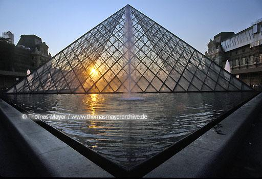 Louvre Pyramid FRA, France, Paris, Louvre Pyramid, architect Ieoh Ming Pei  111AP19920508A0015