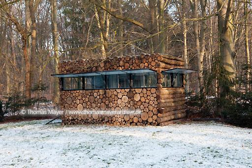 log house office on wheels NLD, The Netherlands, Hilversum, log house on wheels as study for music-entertainer Hans Liberg, design by Piet Hein Eek  134AP20100106D7012