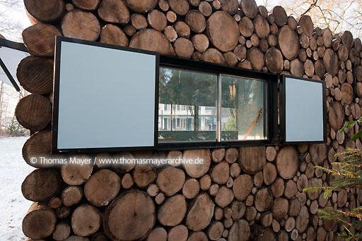 log house office on wheels NLD, The Netherlands, Hilversum, log house on wheels as study for music-entertainer Hans Liberg, design by Piet Hein Eek  134AP20100106D7020