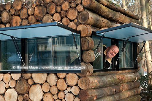 134AP20100106D7049 NLD, The Netherlands, Hilversum, log house on wheels as study for music-entertainer Hans Liberg, design by Piet Hein Eek  134AP20100106D7049