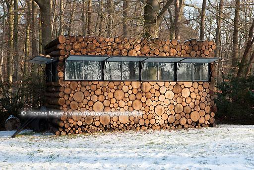 log house office on wheels NLD, The Netherlands, Hilversum, log house on wheels as study for music-entertainer Hans Liberg, design by Piet Hein Eek  134AP20100106D7276