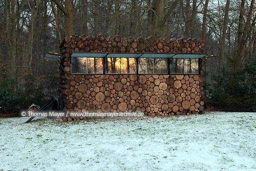 log house office on wheels NLD, The Netherlands, Hilversum, log house on wheels as study for music-entertainer Hans Liberg, design by Piet Hein Eek  134AP20100106D7478