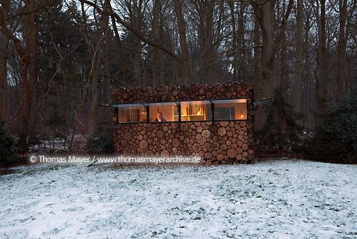 log house office on wheels NLD, The Netherlands, Hilversum, log house on wheels as study for music-entertainer Hans Liberg, design by Piet Hein Eek  134AP20100106D7604