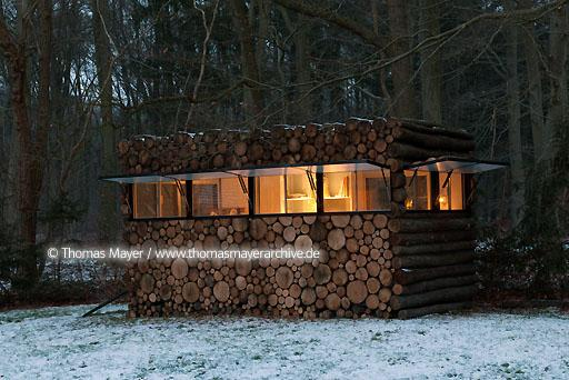 log house office on wheels NLD, The Netherlands, Hilversum, log house on wheels as study for music-entertainer Hans Liberg, design by Piet Hein Eek  134AP20100106D7612