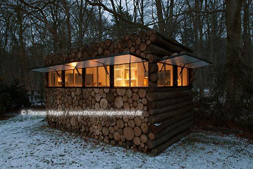 log house office on wheels NLD, The Netherlands, Hilversum, log house on wheels as study for music-entertainer Hans Liberg, design by Piet Hein Eek  134AP20100106D7615