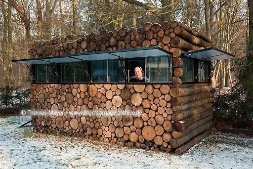 log house office on wheels NLD, The Netherlands, Hilversum, log house on wheels as study for music-entertainer Hans Liberg, design by Piet Hein Eek  134AP20100106D7065