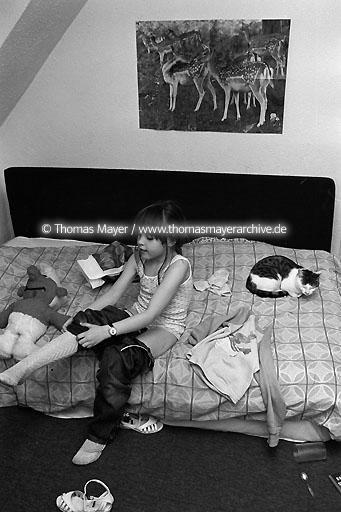 Tina alone at home DEU, Germany, Tina, 6 years old is alone at home and she does everything on her own until going to bed. Her mother is a stewardess and working.  040AE19800610A0005