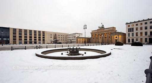 DZ Bank Berlin DEU, Germany, Berlin, Pariser Platz, Brandenburger Tor, US embassy, DZ Bank  010AA20090109D2978