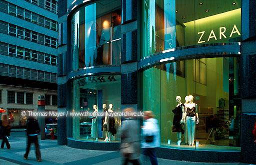 ZARA New York City ZARA fashion store New York City, USA. ZARA is one of the fastes growing fashion chains from Spain  020AH20010522A0022