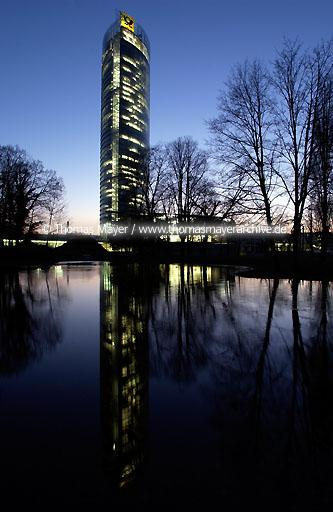 Post Tower Bonn Der Post Tower in Bonn, Sitz der Konzernzentrale der Deutschen Post AG, H�chstes B�rogeb�ude in NRW mit 162,5 Metern, Architekt: Helmut Jahn  110AA20030315D5433