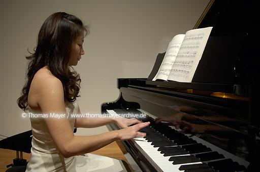 "Piano recital in the MARTa Forum Piano recital Alte und Neue Welten in the MARTa Forum 16th December 2005. Pianist Yu-Fen Chang practice before performing composer Daniel Capellettis ""MARTa Variations"", written exclusiveley for this recital  091AU20051216D4457"